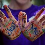 Chico con manos pintadas